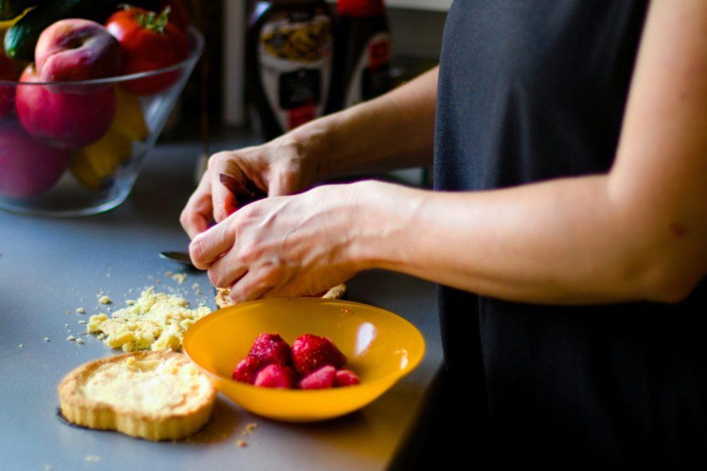Biskvitna torta sa voćem bez glutena i bez jaja